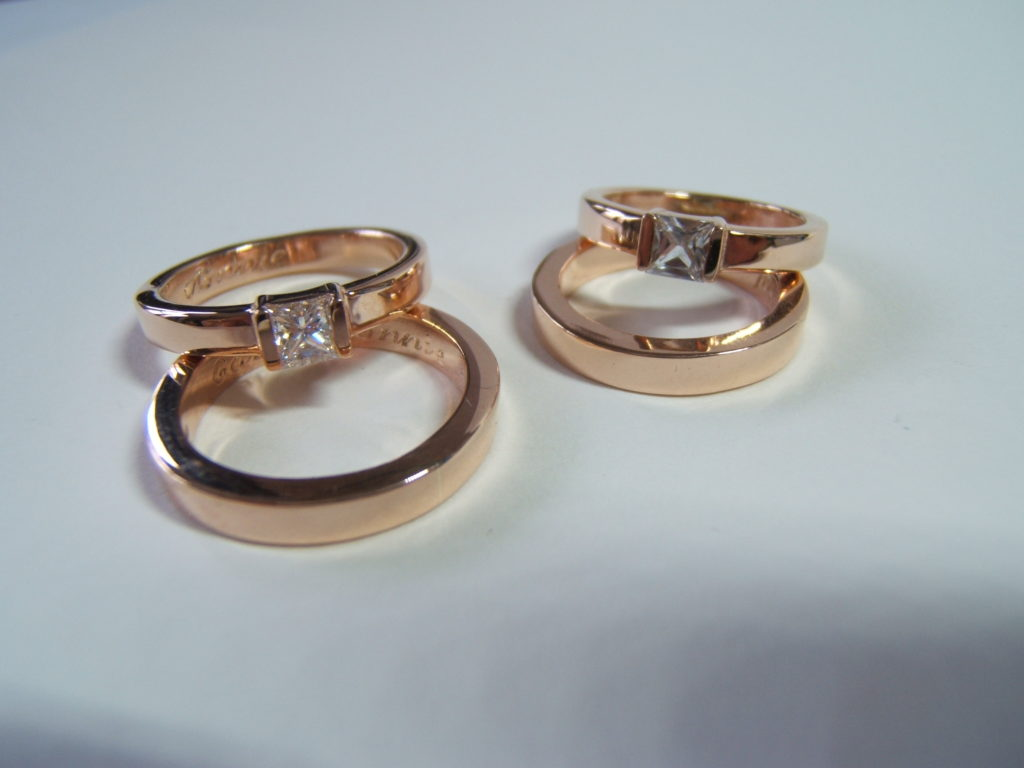 img src+red gold rings