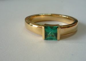 <9ct gold simple ring set with sea green tourmaline'>